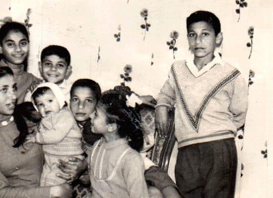 محمود الخطيب في صورة نادرة مع عائبتة
